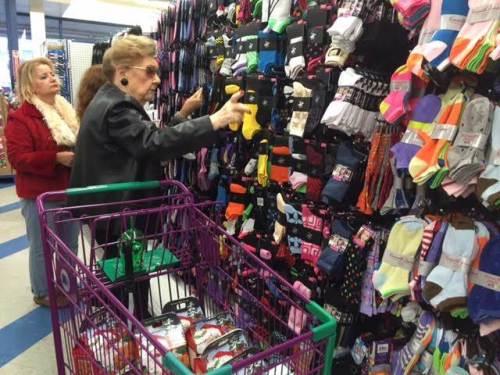 Di toko ini, Donna Goldstein memilih kaus kaki.