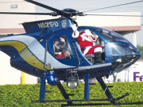 Santa Klaus dan seorang temannya menerbangkan helikopter ke sebuah tempat untuk tujuan jahat. Saat itu ia diburu polisi Sao Paolo.
