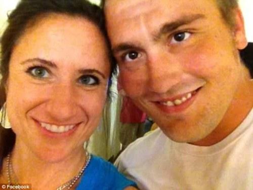 David West ( kanan ) bersama pacarnya, seorang apoteker di Apotek Walgreens ( kiri ).