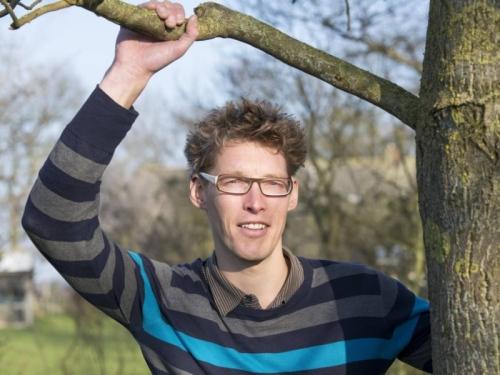 Gerard van Laar turis asal Belanda terpaksa bergelayutan di dahan pohon saat dirinya dirinya dikejar harimau di Taman Nasional Bardia, Nepal.