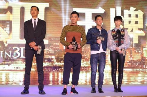 """Aktris Cina Li Yuchun , aktor Hong Kong Andy Lau dan Nick Cheung menimbulkan pada konferensi pers untuk mempromosikan film baru mereka """" The Man From Macau III """" di Beijing , Cina , 14 Desember 2015"""