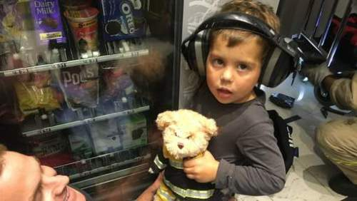 Petugas layanan darurat terpaksa menggunakan mesin gerinda untuk membuka mulut mesin yang menjepit tangan Leo. Untuk mengurangi kebisingan, petugas memasang headset ke kuping Leo, sementara ayahnya, Aan Shorhouse memberinya boneka agar tetap tenang tidak menangis terus.