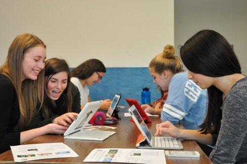 Murid-murid SMA Forest Grove, Oregon, AS sedang memeriksa alamat surel mereka masing-masing yang berisi pesan dan gambar pornografi.