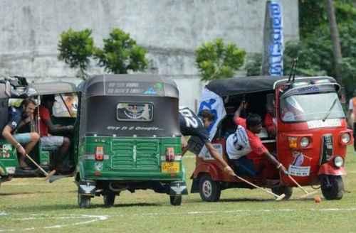 Permainan polo biasanya menggunakan kuda atau gajah, tapi di Kota Galle, Sri Lanka, berbeda. Penggunaan hewan dilarang di negara itu dan sebagai gantinya dipilihlah alat transportasi tuk-tuk atau di Indonesia akrab disebut bajaj. Turnamen Tuk-Tuk Polo Championship 2016 melibatkan 12 orang dari dua tim. Masing-masing tim terdiri dari enam orang yang menggunakan tiga bajaj. Satu orang sebagai pengendara dan satu lagi bertugas menggiring bola menggunakan tongkat.
