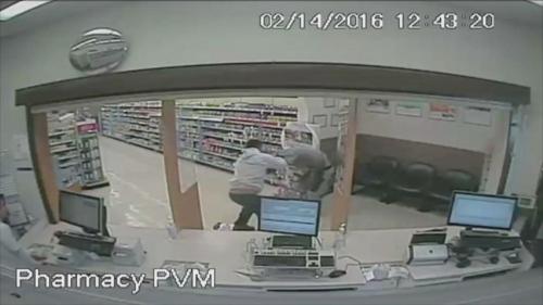 FOTO : Anthony Nemeth , kanan , yang dituduh mencoba merampok apotek Walgreens di Bradenton , Florida , itu tersingkir oleh David West ,