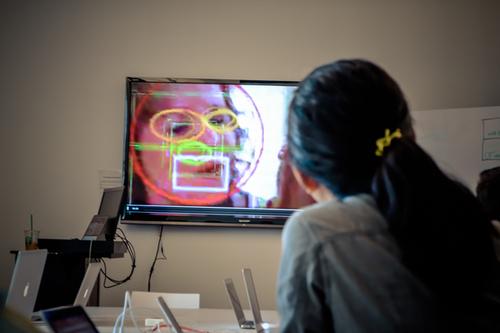 Setelah peka akan bau t-shirt yang tak dicuci selama tiga hari dan dipakai terus, para siswa mulai mengenal bau lewat simulasi gambar di layar komputer.