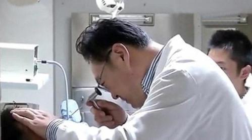 Setelah diperiksa, dokter memastikan mata Zhao tidak mengalami kerusakan. Tanpa diduga, mata Zhao terlindung lapisan lensa kontak yang dipakainya.