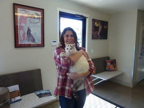 kisah yang hebat untuk Anda semua : Klien kami Nancy ditemukan kucingnya pada Kamis , 23 Maret setelah hilang sejak kebakaran Valley! Dia telah hilang Muscat sejak evakuasi . Pada hari Kamis dia mengemudi dekat dengan rumahnya dan melihat kucing yang tampak seperti Muscat jadi dia berhenti dan dia datang padanya ! Dia memanggil kita untuk menjadwalkan pemeriksaan dan kami senang untuk melaporkan bahwa Muscat sehat . Kami memperbarui semua vaksin dan tidak baik memeriksanya . Dia sangat senang untuk memiliki dia kembali . Sebuah pengingat yang indah untuk tidak pernah menyerah harapan !