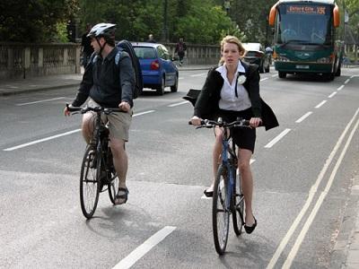 Komuter untuk bekerja dengan berjalan atau bersepeda dan moda angkutan umum berkaitan dengan menurunkan berat badan dan komposisi lemak tubuh dibandingkan dengan mereka yang menggunakan kendaraan pribadi .