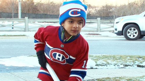 Syed Adam Ahmed anak pasangan Sulemaan Ahmed dan Khadija Cajee, belum tahu bahwa nama dirinya kena cekal, tidak boleh bepergian naik pesawat terbang, padahal sudah berusia 6 tahun.