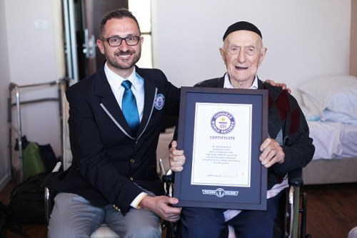 GUINNESS WORLD RECORDS Marco Frigatti, Head of Records for Guinness World Records, presents Israel Kristal his certificate of achievement for Oldest living man on 11th March 2016, Haifa, Israel. Picture credit: Dvir Rosen/Guinness World Records Yisrael berfoto bersama Marco Frigatti, Head of Records for Guinness World Records, saat penyerahan sertifikat Pria Tertua di Dunia Yang Masih Hidup, di Haifa, Israel (11/3/2106).