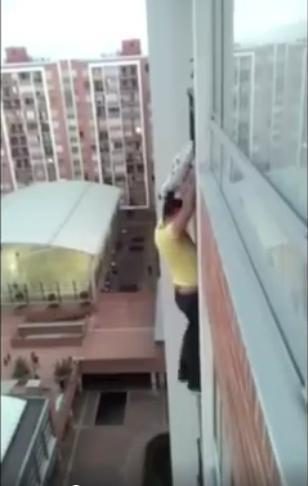 Niat baik memang seharusnya tidak memandang bulu meski harus mempertaruhkan nyawa, seperti yang ditunjukkan oleh laki-laki Kolombia ini. Demi menyelamatkan seekor anjing, Diego Andres Davila Jimenez rela memanjat lantai 13 sebuah apartemen di Bogota.