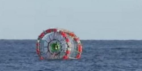 Reza Baluchi, seorang lelaki di Florida, Amerika Serikat, membangun bola raksasa yang digunakan sebagai kapal. Bola itu akan dipakai untuk mengarungi lautan di kawasan Segitiga Bermuda.