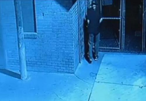 Pencuri keju masuk restoran dengan mengaburkan identitas dirinya dengan tongkatnya, memindahkan kamera saat memasukkan kotak keju ke truk.