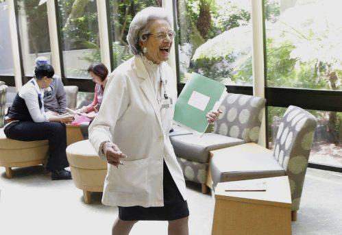Sekalipun sudah waktunay pensiun dari bekerja, Nenek Elena Griffing masih bersemangat bekerja dan tak kenal lelah melayani pasien.