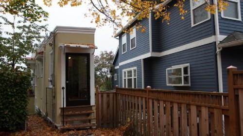 """Jika Anda pernah ingin memiliki sepotong kecil sejarah unik Seattle , yang terkenal """" Spite House """" kembali di pasar. Rumah dibangun sebagai segitiga , yang berarti salah satu ujung rumah hanya 55 inci . Ujung yang lain adalah 15 kaki lebar . Antara kedua ujung , hanya 860 kaki persegi ruang hidup ."""