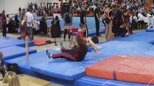 Pelatih senam berhasil menangkap tubuh pesenam cilik yang salah arah jatuh tubuhnya.