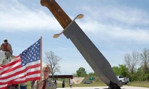 """Demi mencatatkan rekor terbaru dunia, sebuah monumen berbentuk Pisau raksasa dibangun di sebuah kota kecil di Texas, Amerika Serikat, Bowie. Kota bernama Bowie ini pun diambil dari nama salah satu jenis pisau """"bowie"""", yang merupakan pisau panjang bermata dua pada bagian ujungnya."""