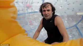 Reza Baluchi, seorang lelaki di Florida, Amerika Serikat, membangun bola raksasa yang digunakan sebagai kapal.