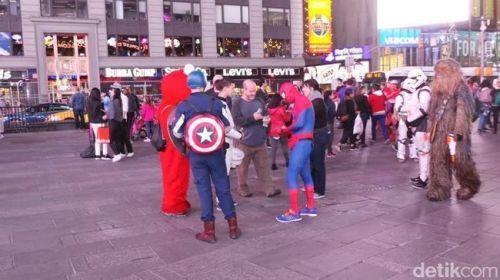 """Meski berbaju pahlawan, mereka sering kali tidak sepenuhnya jujur. Di awal ajakan mereka bakal membuat si pengunjung merasa nyaman. """"Foto dulu saja. Kalau uang itu cuma donasi. Seiklhasnya,"""" kata Spiderman. Begitu sesi foto akan dilakukan, dalam sekejap figur superhero dan tokoh cerita lain berdatangan. Dalam waktu singkat pula frame yang tadinya untuk dua orang saja, jadi melebar untuk tiga atau empat orang."""
