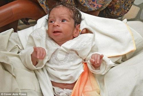 Newborn : Little Armaan ( foto) lahir dari orangtua lanjut usia di Punjab , berat 4 lbs 4oz.