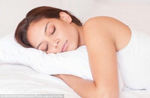 Para peneliti menemukan bahwa tidur lebih dari sembilan jam semalam - dikombinasikan dengan duduk terlalu banyak pada siang hari dan menjadi tidak aktif secara fisik - membuat Anda empat kali lebih mungkin untuk mati kematian dini.