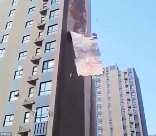 cuplikan mengejutkan dari Cina telah menangkap saat dinding luar bangunan tinggi.