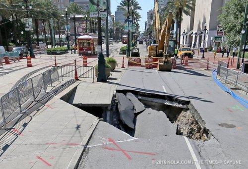 Lubang menganga di permukaan lapisan jalan.