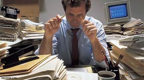 Rajin bekerja sering disebut-sebut sebagai hal positif untuk mengembangkan karir seseorang di tempat kerja. Namun, sikap kerja tersebut bisa berbalik dan berdampak negatif, jika pola penerapannya dilakukan secara berlebihan. Anda tentu tak asing lagi dengan istilah 'workaholic' atau pecandu kerja.