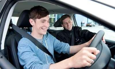 Memberikan setir mobil kepada anak yang tak punya SIM