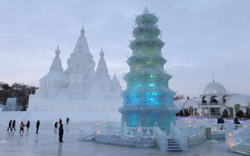 Orang mengunjungi salju dan es patung di Harbin Internasional Salju Sculpture Art Expo Gambar : EPA / WU HONG