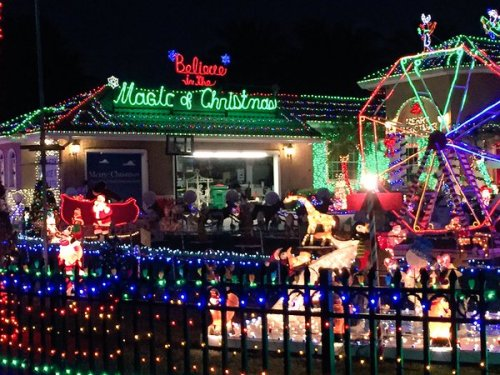 """Rebeca Piccardo di Twitter : """" Kathy dan Mark Hyatt menghabiskan bulan berencana display liburan mereka luas lebih dari 200.000 lampu ."""