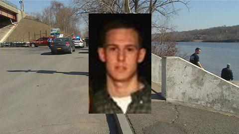 Polisi Troy mengkonfirmasi tubuh ditemukan Rabu di Hudson River adalah Matthew LaBounty . Pemain berusia 21 tahun hilang pada Hari Natal . Polisi mengatakan ada tampaknya tidak menjadi tanda-tanda kejahatan .