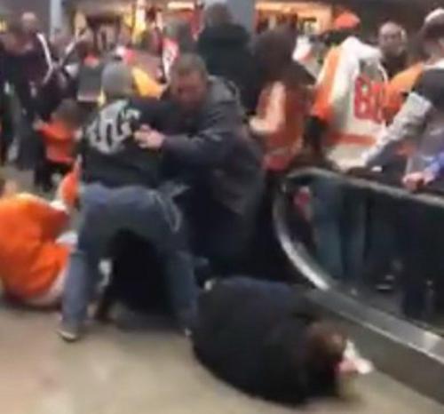 Eskalator berfungsi setelah pertandingan Flyers hari Sabtu di Wells Fargo Center, mengirim penggemar ke tanah . ( Meghan McGreevy / via Facebook )