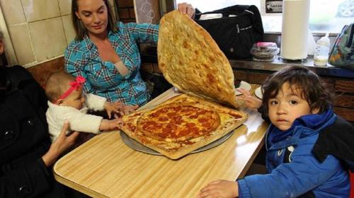 Begitu pizza box pizza sampai kepada pemesan dengan ongkos antar 40 dollar AS, keluarga Marry segera menghidangkan pizza untuk keluarga di meja makan rumahnya.