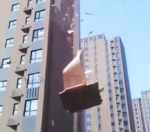 Sebuah bagian besar dari bangunan dapat dilihat dengan mudah mengelupas dari atas , sebelum ambruk ke tanah sebagai saksi melihat pada heran belaka .