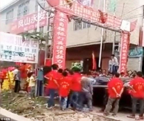 Pertempuran pada upacara tersebut : Tamu dari dua pernikahan saingan di Cina bentrok di jalan-jalan di sebuah desa di Cina.