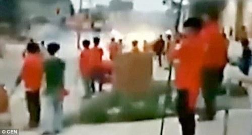 pernikahan gaduh : Tamu dari dua pernikahan saingan bentrok di jalan-jalan desa di provinsi Guangxi , Cina