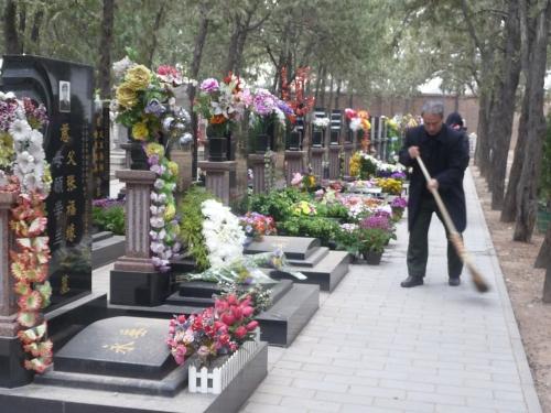 Untuk menunjukkan penghormatannya, masyarakat Tiongkok membersihkan makam dan meletakkan bunga. Mereka percaya, dengan membersihkan makam, berarti telah menyingkirkan segala hal yang mengganggu roh para leluhur