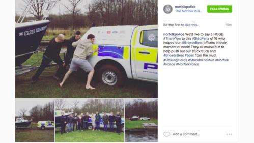 Selesai mendorong perahu keluar dari kubangan lumpur, 16 pemuda berfoto bersama polisi Nortfolk.