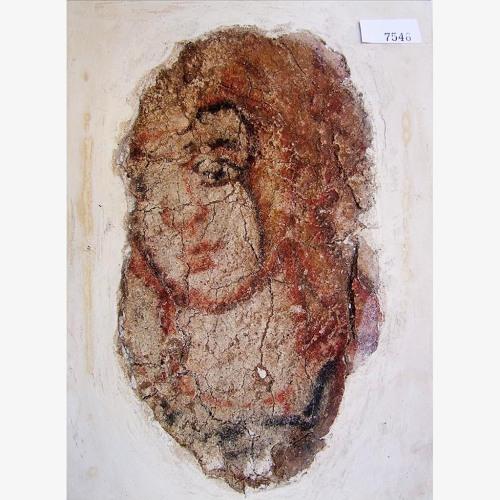 Ini handout foto bertanggal dari Suriah Direktorat Jenderal Antiquities dan Museum menunjukkan fragmen dari mural abad - 2 menunjukkan wajah seorang pemuda di helm . mural itu ditemukan pada tahun 1992 di tempat kudus didedikasikan untuk dewa Bel di kota kuno Dura - Europos . Itu antara puluhan ribu peninggalan kuno dan karya diselamatkan dari Deir el - Zour Museum di Suriah timur dan dibawa ke tempat yang aman di Damaskus . ( DGAM via AP )