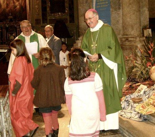 Di jantung katedral , Uskup Mousset ( kanan) dan Bapa Heuillet ( kiri ) disambut anak-anak . Foto DDM .