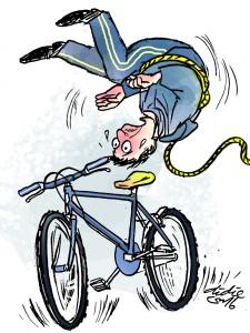 pesepeda terjungkir dililit tali