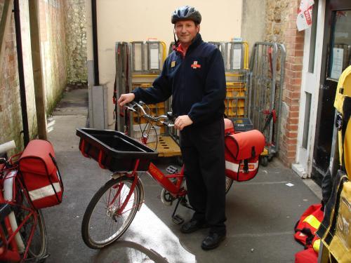 Pengantar surat pos atau paket di London, masih ada yang menggunakan sepeda. Selain sehat, aktivitas ini juga punya risiko tinggi, yakni terpapar polusi udara kotor karena pembuangan bahan bakar kendaraan bermotor yang melaju di jalan.