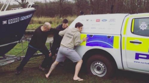 Sebuah partai rusa dari 16 laki-laki membantu Polisi Norfolk yang terjebak di lumpur di