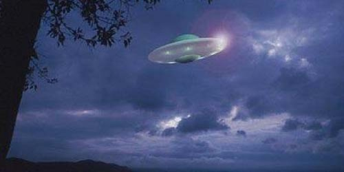 Ya, Rabu (dini hari) waktu Belanda, sebuah penampakan objek terbang misterius mirip UFO muncul di atas langit Groningen, Belanda. Terlihat dengan jelas UFO itu berwarna samar terang kehijauan. Itu seperti yang dipotret seorang blogger Harry Perton, pekan lalu. UFO: Pesawat UFO terlihat di langit Belanda.