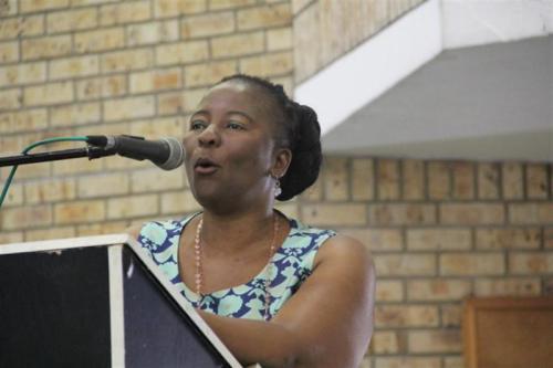 Wali Kota Uthukela Dudu Mazibuko memberikan beasiswa bagi gadis muda yang menjaga keperawanan mereka. (Foto: Lady Smith Gazette)