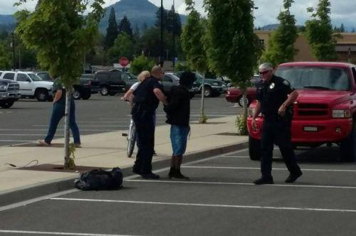 Sebuah akan sepeda pencuri itu lassoed di tempat parkir Eagle Point Wal - Mart dan ditahan untuk pencurian