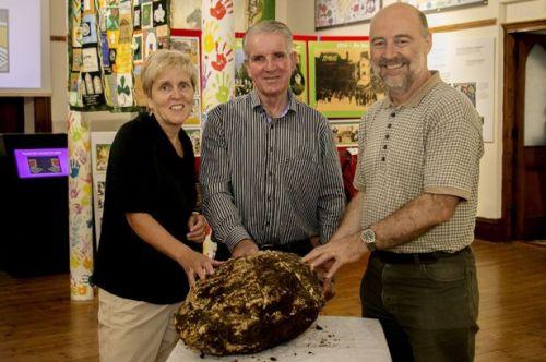Photo Courtesy: Cavan County Museum. Bongkahan mentega seberat hampir 10 kg yang digali dari sebuah rawa di Irlandia oleh pemotong rumput Jack Conway minggu lalu, diperkirakan berusia 2.000 tahun.