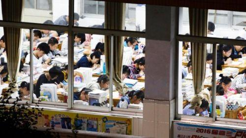 Lebih dari sembilan juta lulusan SMA sedang duduk ujian nasional China , yang Gaokao .